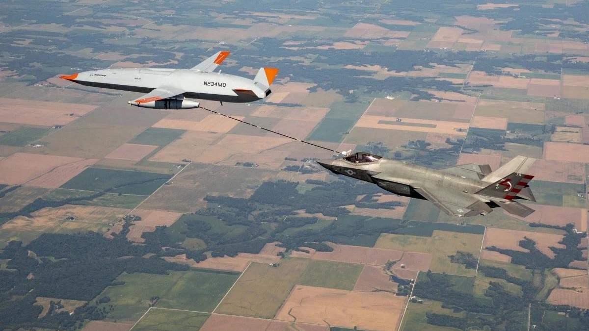 Беспилотник Boeing впервые заправил в воздухе истребитель F-35 Lightning II: впечатляющее видео