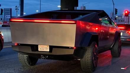 Илон Маск сбил дорожный ограничитель во время поездки на новом Cybertruck: видео инцидента