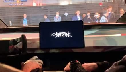 Відео дня: Tesla Cybertruck засвітив новий дизайн інтерфейсу мультимедійної системи