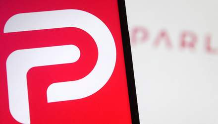 Суд отказал соцсети Parler в иске к Amazon