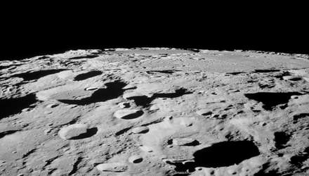 """Китайский лунный аппарат Yutu-2 обнаружил """"верстовой столб"""" на обратной стороне Луны"""