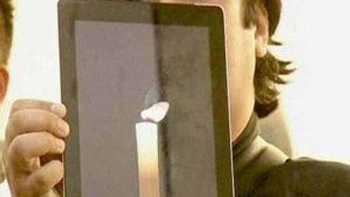 Люди несут цветы, свечи и яблоки в магазины Apple