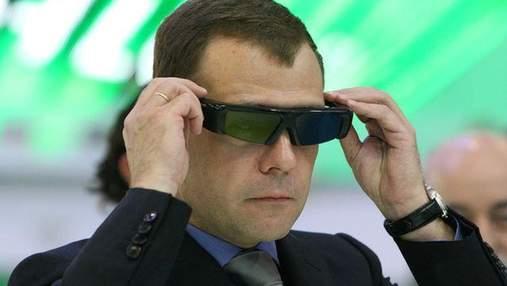 Медведев читает новости в постели с iPad