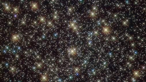 """Сотни тысяч звезд со сверхмассивной черной дырой в центре: появился новый снимок с """"Хаббла"""""""