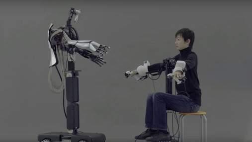 Японцы представили робота, который в точности повторяет движения человека-оператора