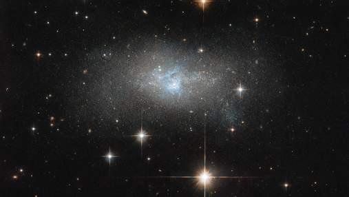 NASA показало невероятный снимок карликовой галактики