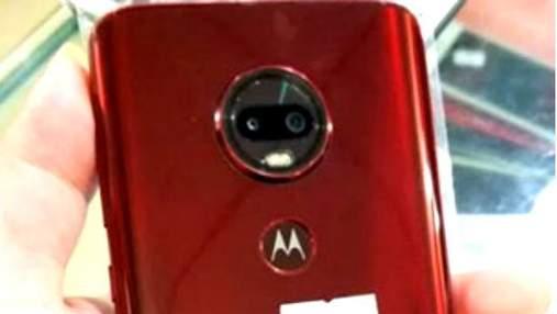 """З'явились """"живі"""" фото загадкового смартфона Moto G6 Plus"""