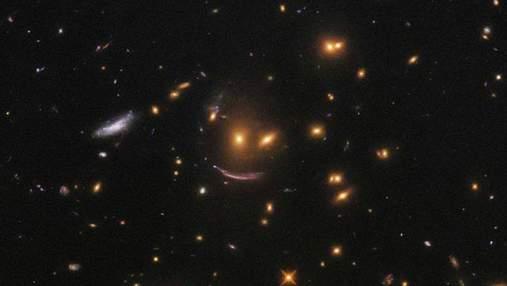 Hubble сфотографировал смеющееся звездное образование