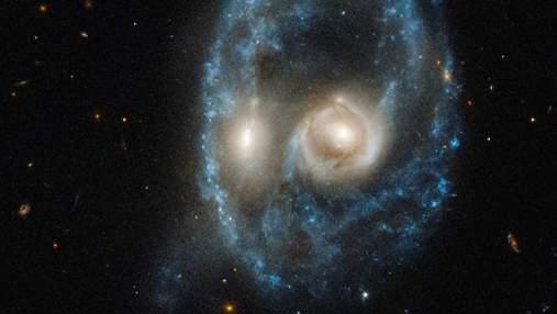 """Hubble сфотографировал систему галактик, которая """"всматривалась у него"""": жуткий снимок"""