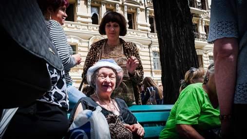 Пенсіонерів в Україні почали вчити користуватися смартфонами та соцмережами