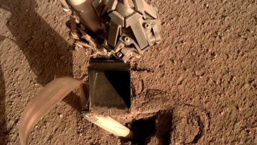 NASA починили аппарат на Марсе, приказав ему ударить себя лопатой