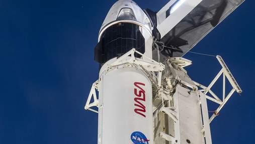 SpaceX готовится запустить Crew Dragon: экипаж прибыл на космодром, корабль на стартовом столе