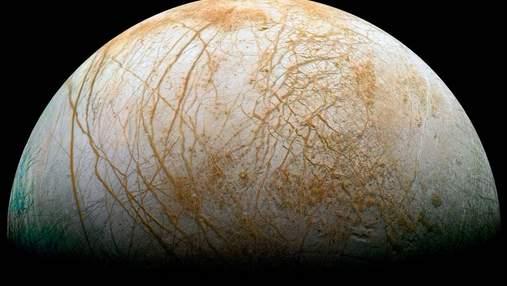 Супутник Юпітера Європа світиться в темряві