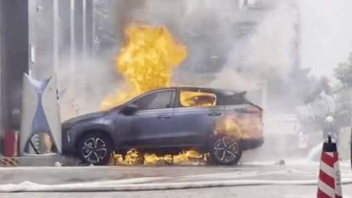 В Китаї загорівся електромобіль під час зарядки