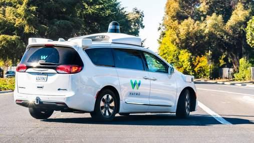 Безпілотне таксі Waymo  застрягло на дорозі, а потім втікало від техпідтримки