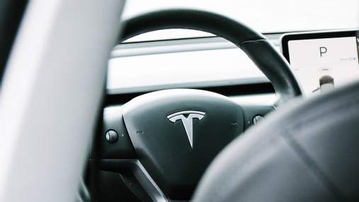 Не давайте детям гаджеты: 10-месячный ребенок обновил родительскую Tesla на огромные деньги