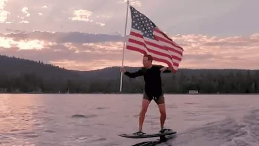 В сети потроллили Марка Цукерберга, который в День независимости США проехался на серфе с флагом