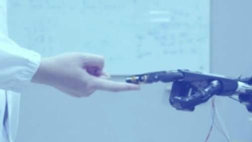 """Інженери розробили матеріал, завдяки якому протези можуть """"відчувати"""" об'єкти та регенеруватися"""