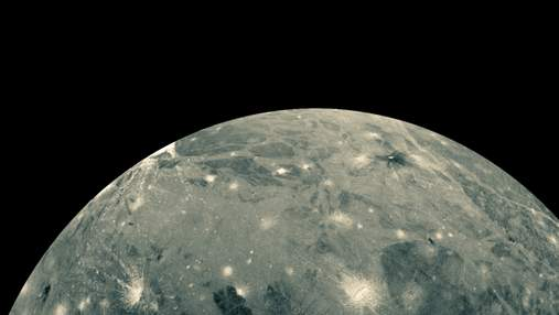"""Благодаря """"Хабблу"""" в атмосфере крупнейшего спутника Солнечной системы обнаружили водяной пар"""