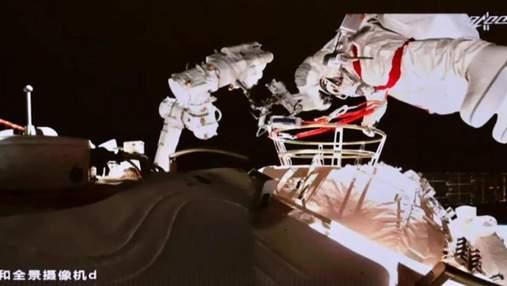 Китайские космонавты вышли в открытый космос