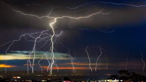 Ученые разработали лазер, который способен безопасно отводить заряд молнии