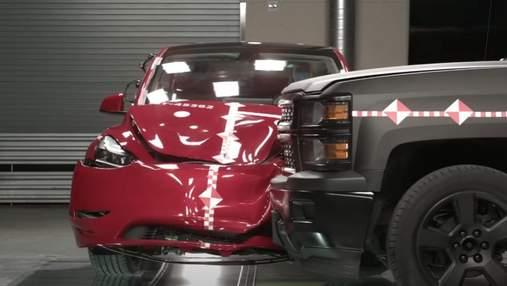 Посмотрите как пикап крушит Tesla Model Y во время краш-теста автомобиля